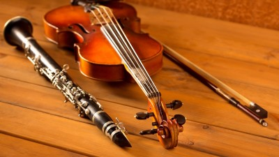 Violin and clarinet on wood table