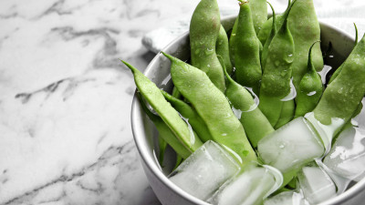 Snap peas in bowl with ice cubes