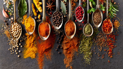 Spices ground and whole on spoons