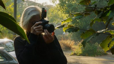 Annie Leibovitz taking a photo outside