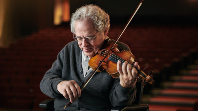 Itzhak Perlman playing violin on stage