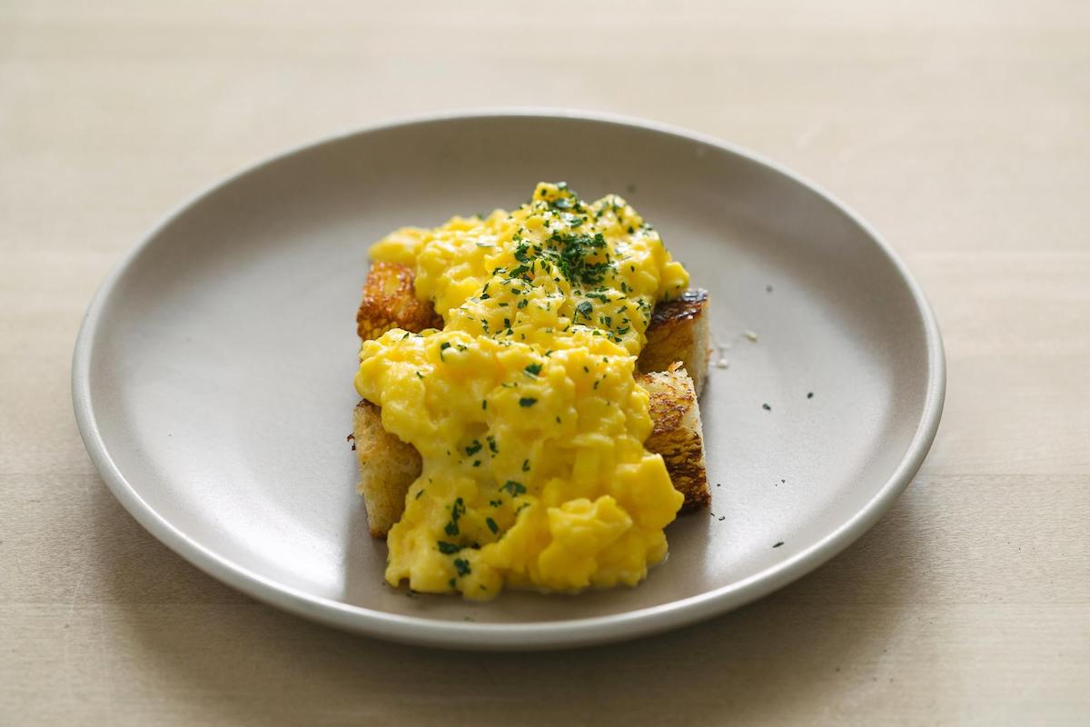How to Make Perfect Scrambled Eggs: Easy Scrambled Eggs Recipe (With Video)