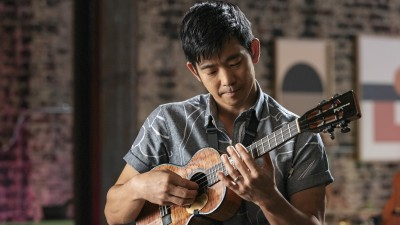 jake-shimabukuros-tips-for-holding-a-ukulele