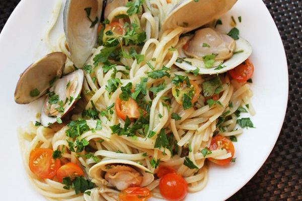 Clams with Linguini, Garlic, and Tomatoes from Serious Eats