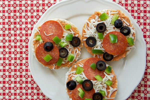 Pizza Hummus & Gluten Free Rice Cake Pizzas from Keep Your Diet Real