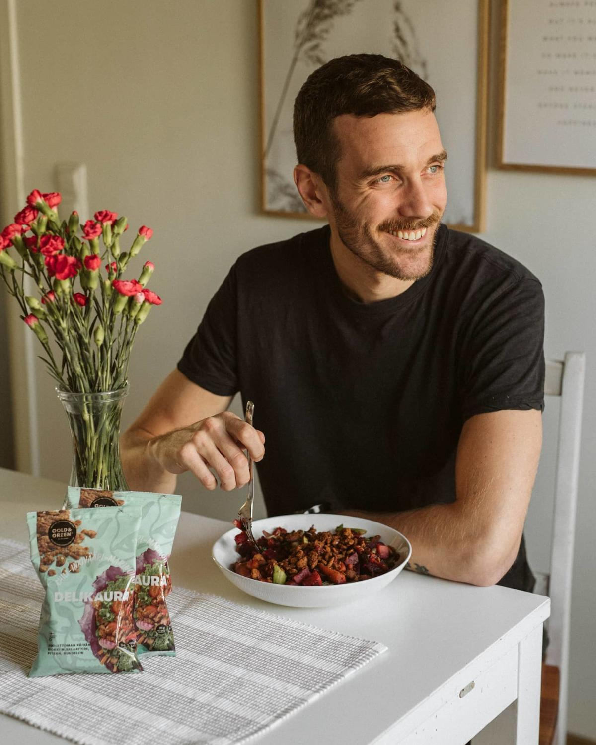 A man smiling and enjoying Gold&Green Delikaura in an influencer campaign with Boksi. Photo from our blog about How to write the perfect brief: Boksi Branded Content Campaign.