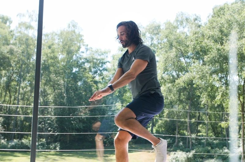 Joe Wicks performing some knee raises