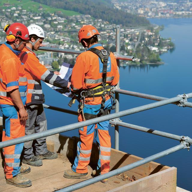 Auf der Baustelle befinden sich drei Mitarbeiter.
