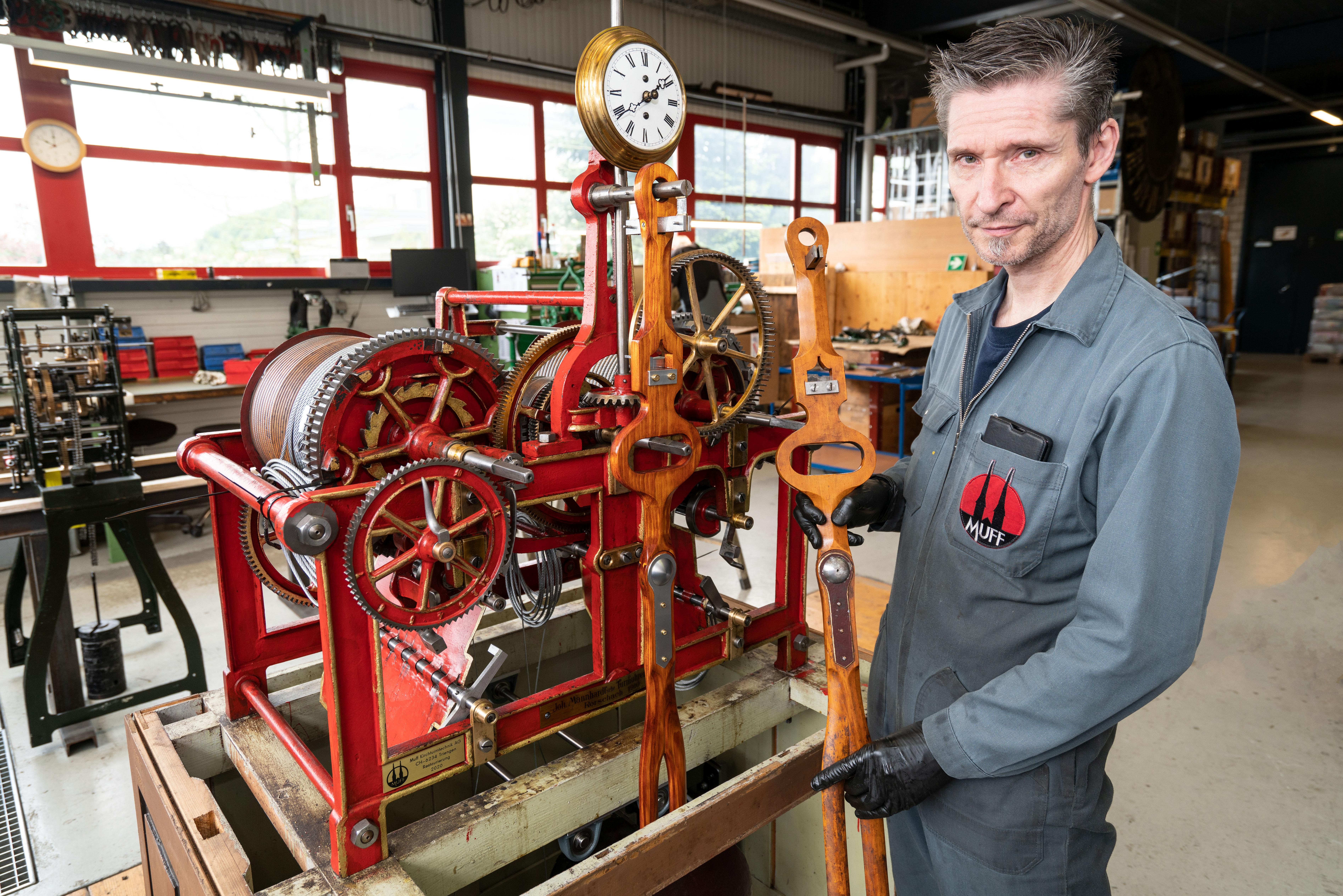 Winy Wohlwend präsentiert sein rekonstruiertes Mannhardt Pendel.