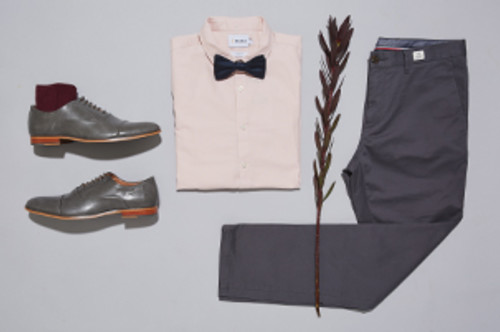 Outfit bruiloftsgast: man toont outfit met bretels