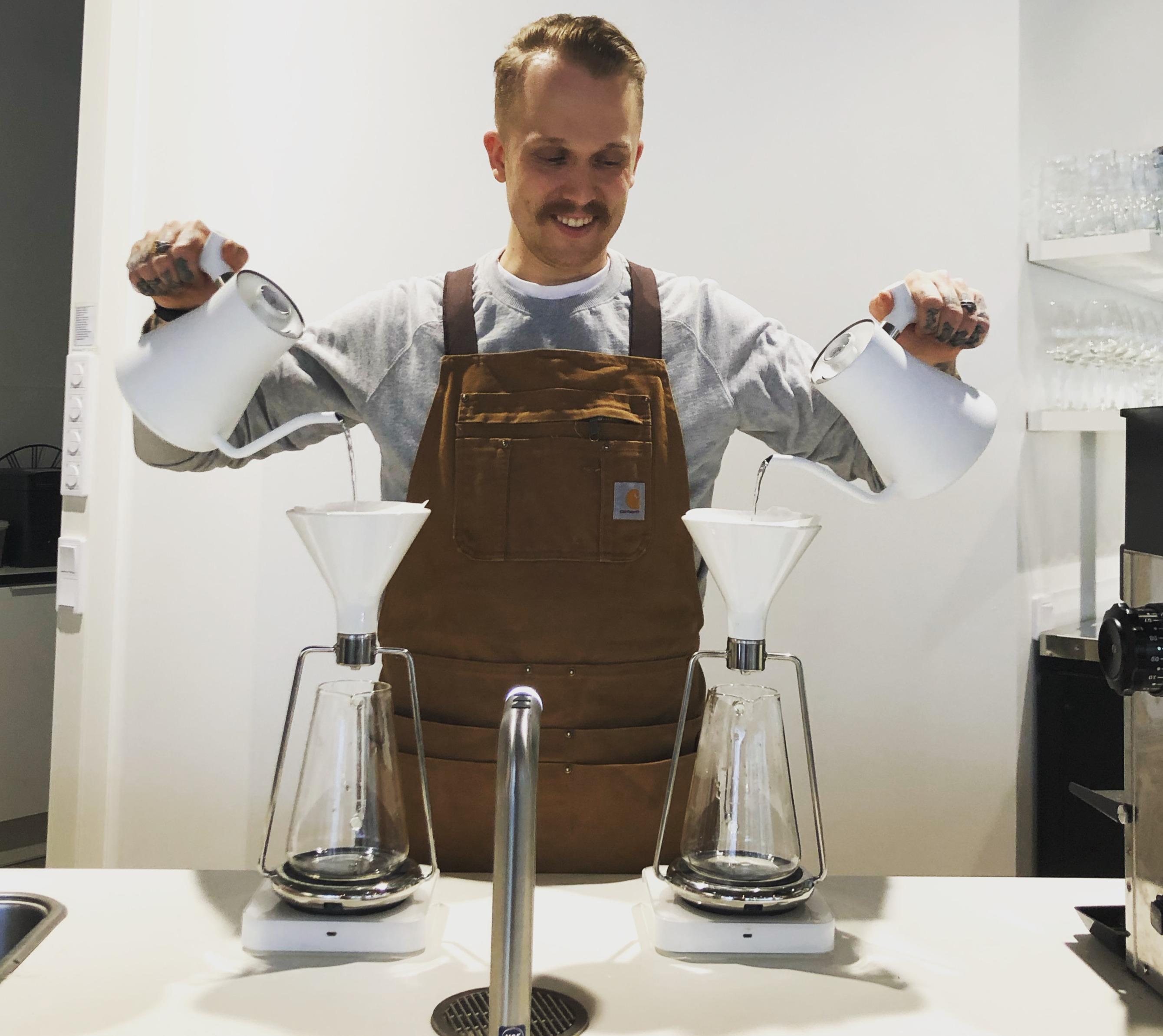 Visa brewing coffee