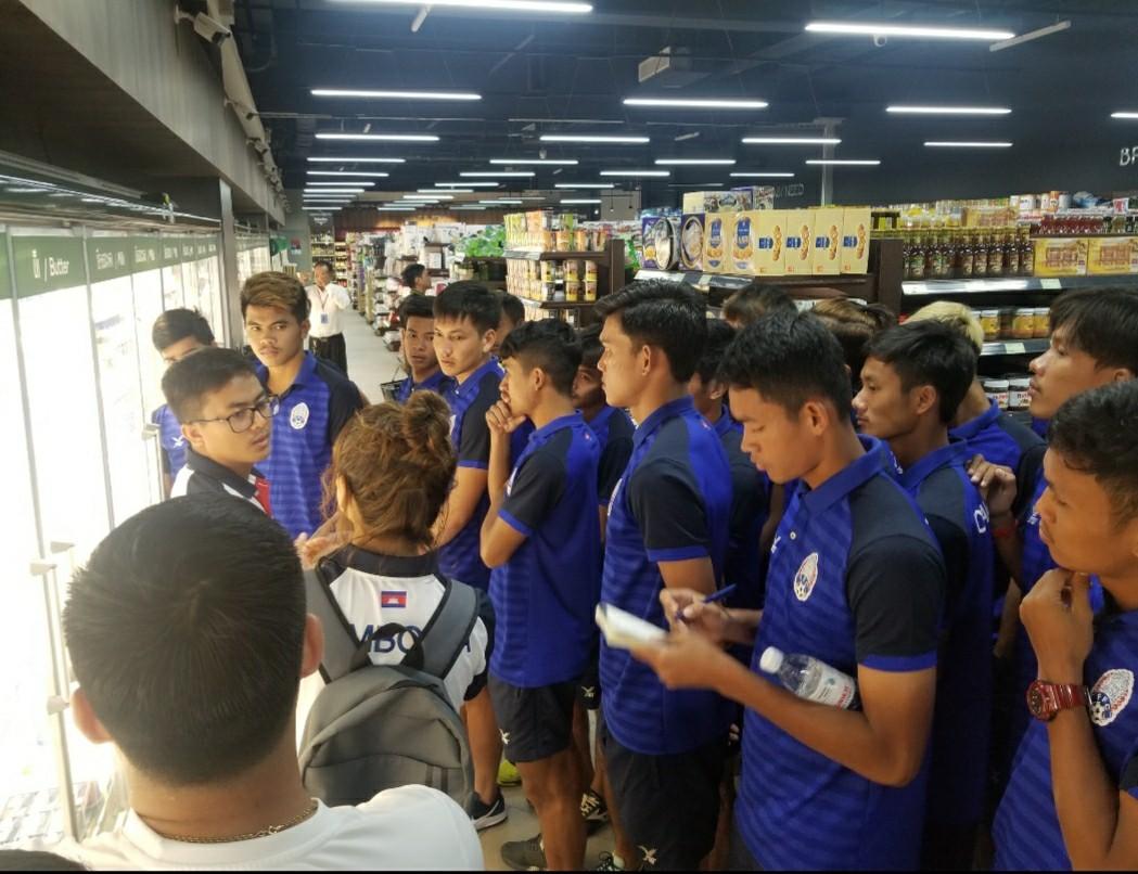 サッカーカンボジア代表買い物指導する市川さん