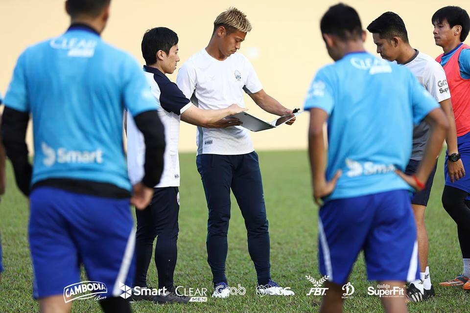 サッカーカンボジア代表で指導する本田監督と木崎さん