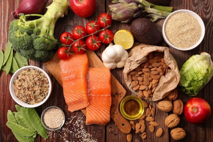 healthy food, including low carbohydrate foods and healthy fats, as part of treating type 2 diabetes