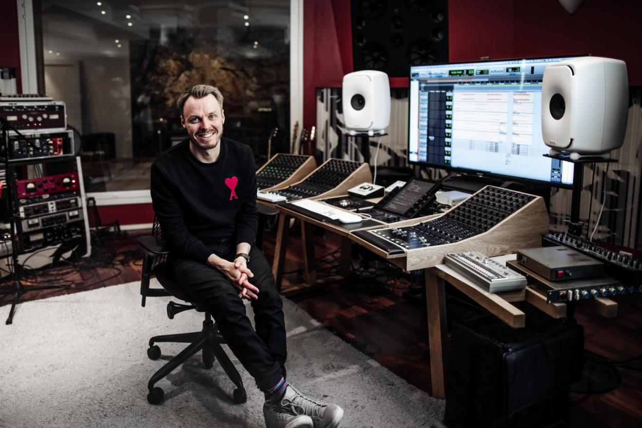 Jukka Immonen in His Studio with the white 8351A Header. Picture Credits: Satu Mali