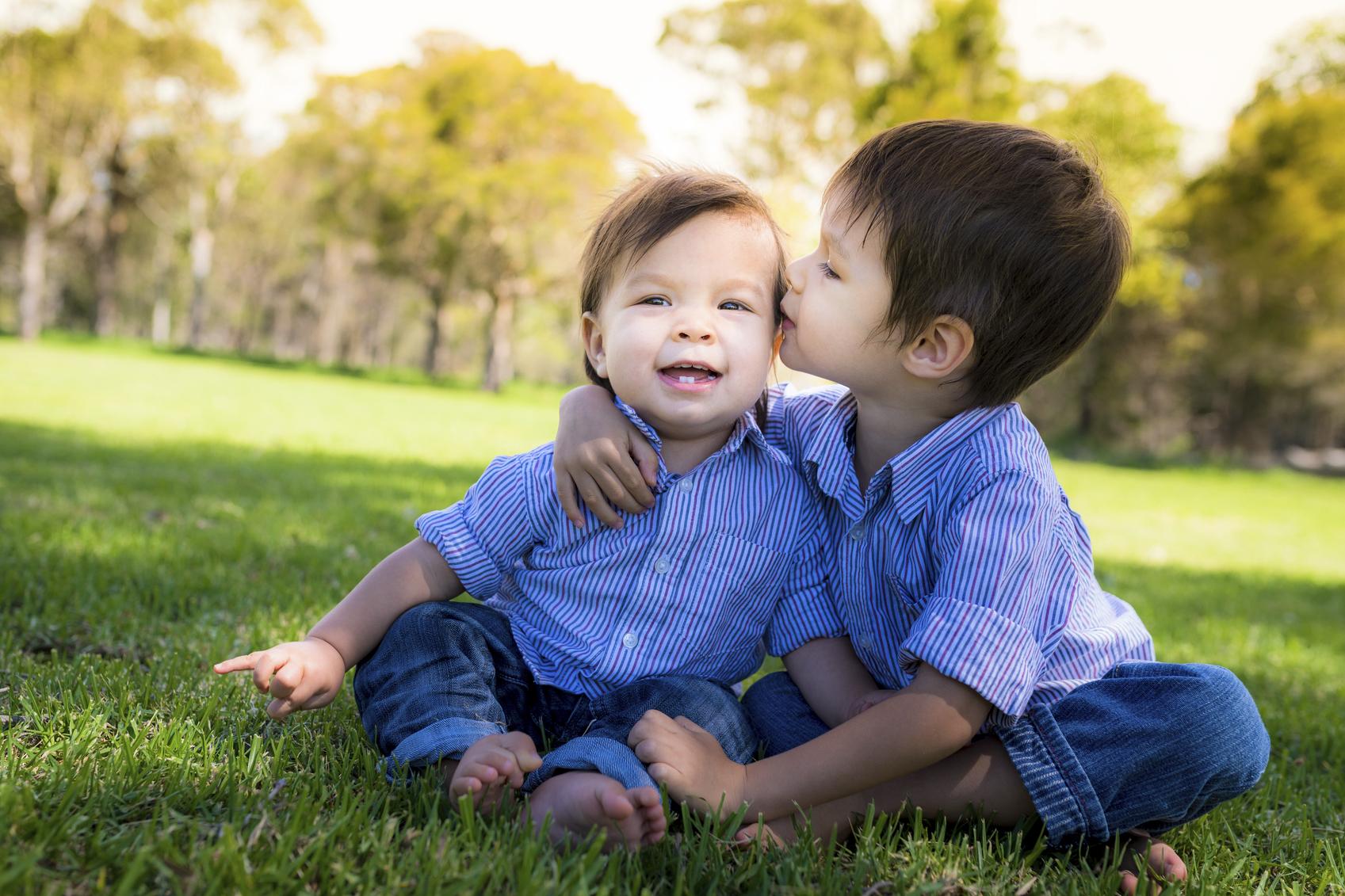 kissing-sibs