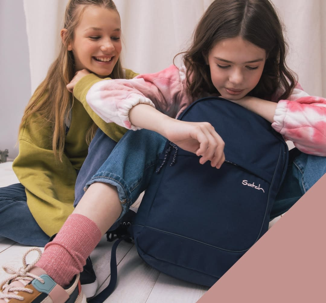 satch-free-day-pack-fly-stay-royal-two-girls-xs