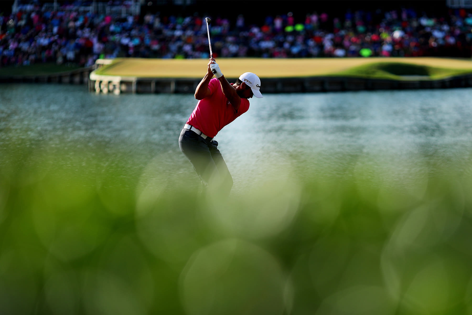 Jason Day of Australia plays his shot from the 17th tee during the final round of THE PLAYERS Championship at the Stadium course at TPC Sawgrass on May 15, 2016 in Ponte Vedra Beach, Florida. (Photo by Richard Heathcote/Getty Images)
