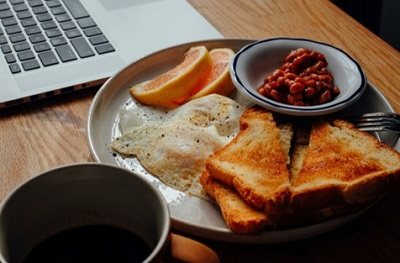 Breakfast with laptop