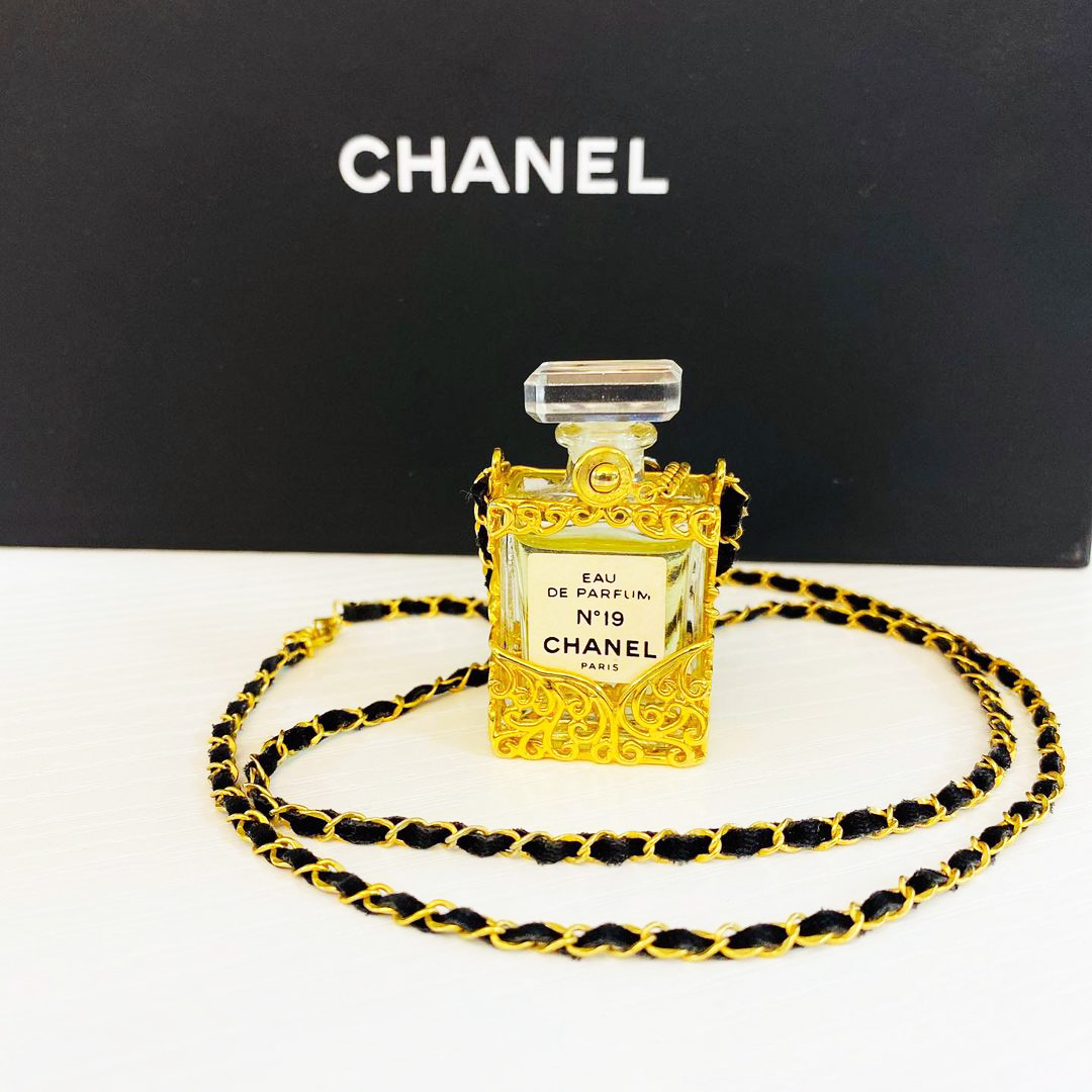 You Have To See These Vintage Chanel Accessories