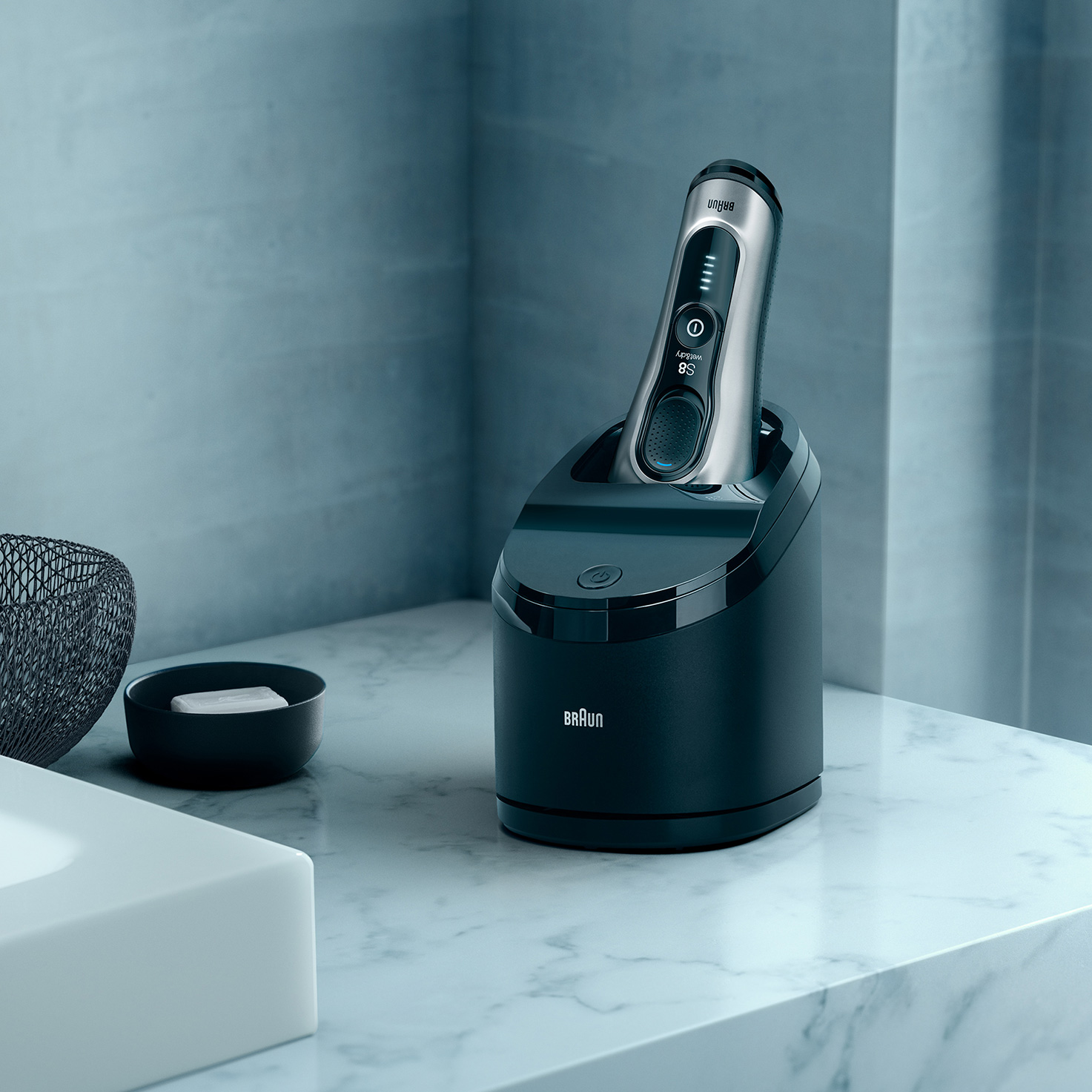 Series 8 8370cc shaver in Clean & Charge station