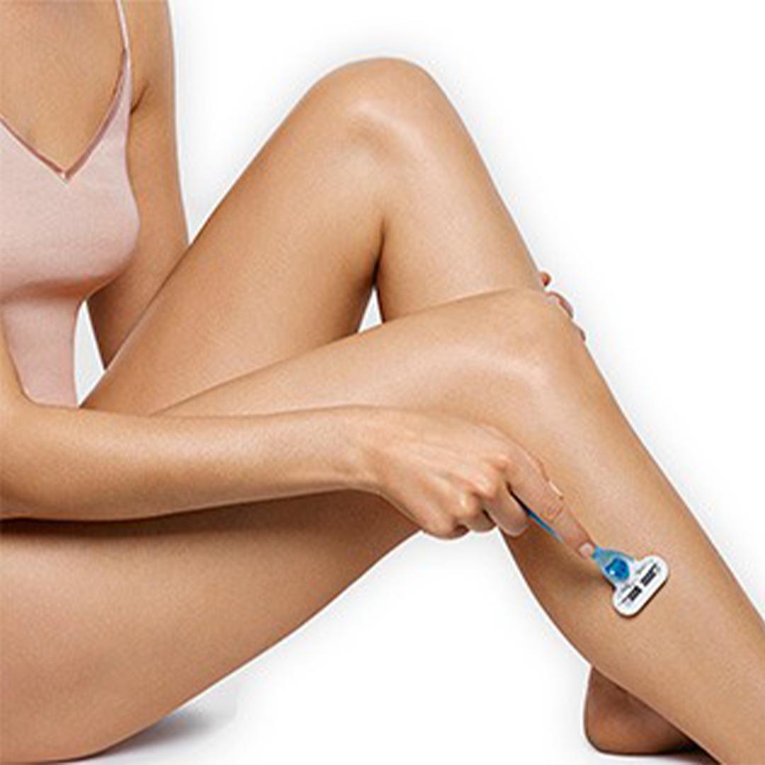 クイックスタート(使用方法)女性が顔にブラウン シルク・エキスパート(IPL方式光美容器)を使っている様子