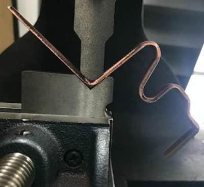 曲げた箇所が金型と干渉してしまう問題を解決するための治具を使った特殊曲げ