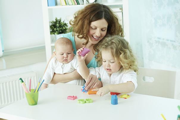 Cómo escoger una persona experta en cuidado de niños