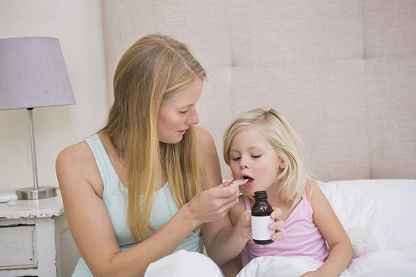 Cómo darle medicamentos a bebés y niños pequeños