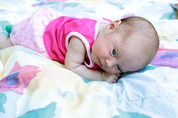 El juego para el bebé: boca abajo