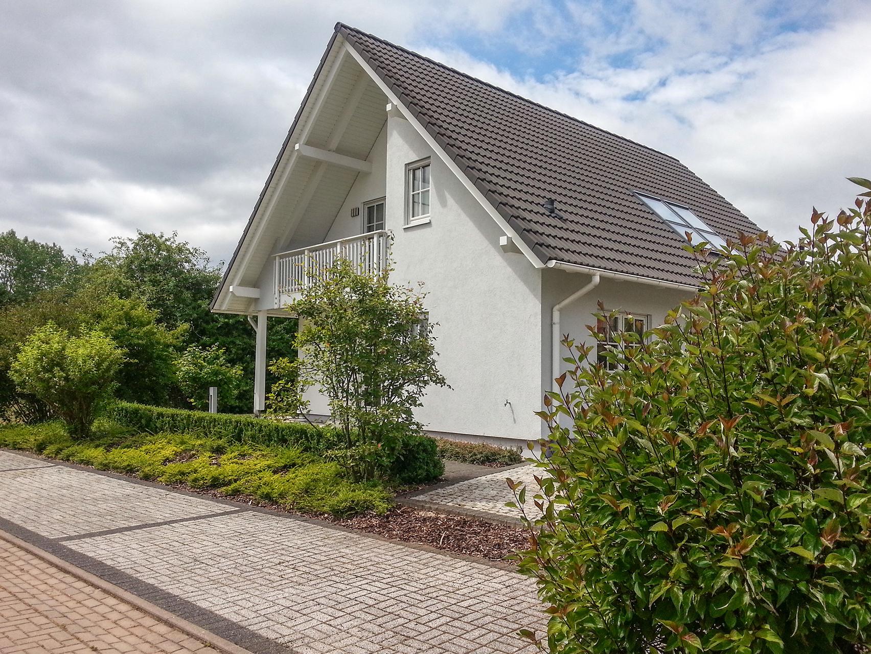 Einfamilienhaus satteldach zwerchgiebel  planungsvorschlag_Satteldach-und-zuru__ckgesetztem-Balkon_F92-104_43_9sp_1704x1280.jpg