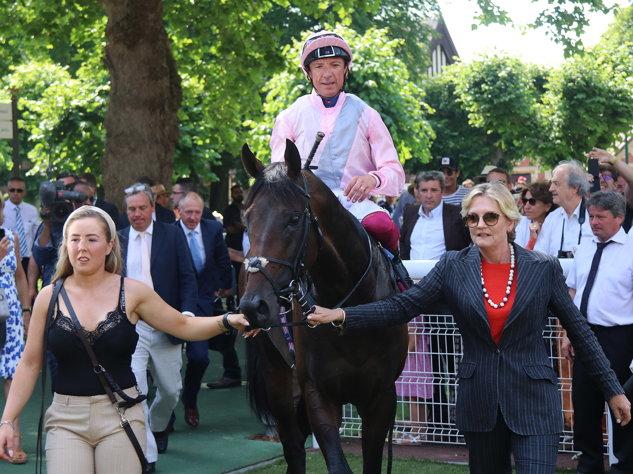 Too Darn Hot and Dettori return to the winner's enclosure after winning at Deauville (Focusonracing)