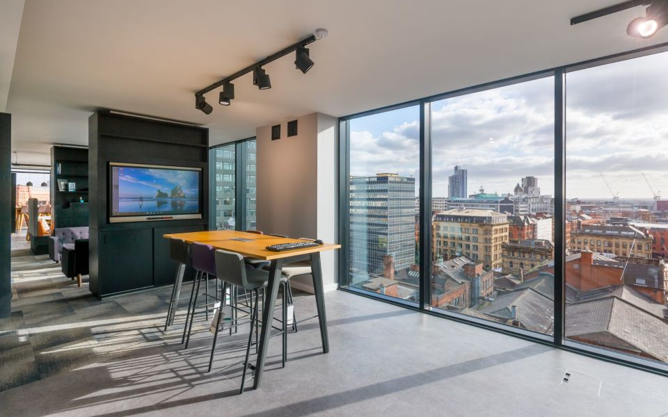 Flexible office with panoramic views