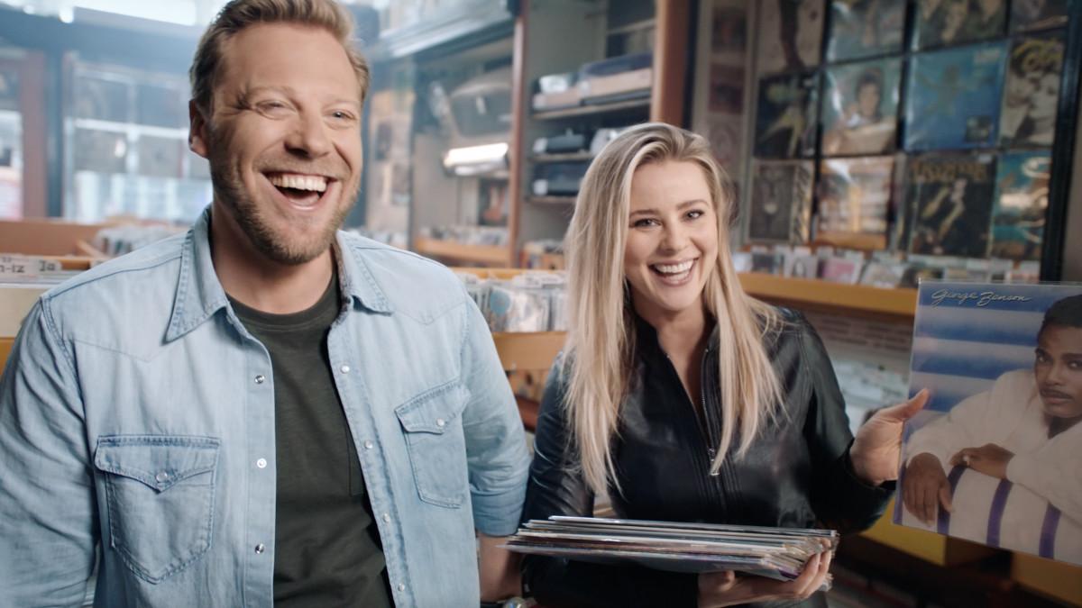 Tim Klijn en Celine Huijsmans in de platenzaak