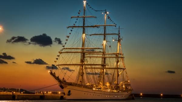 island-windjammers-ship-night