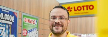 Ein lächelnder Mann in seiner Annahmestelle