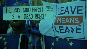 Pro-Brexit and anti-Brexit protesters