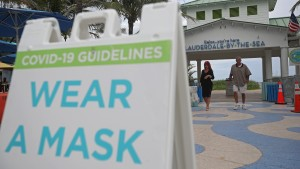 Sign alerts beachgoers to wear a mask