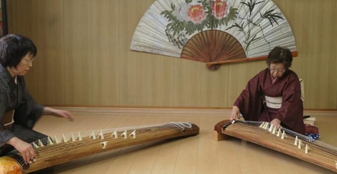 kimono traditional koto instrument playing experience japan hokkaido