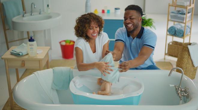 first time parents to be try to bathe baby