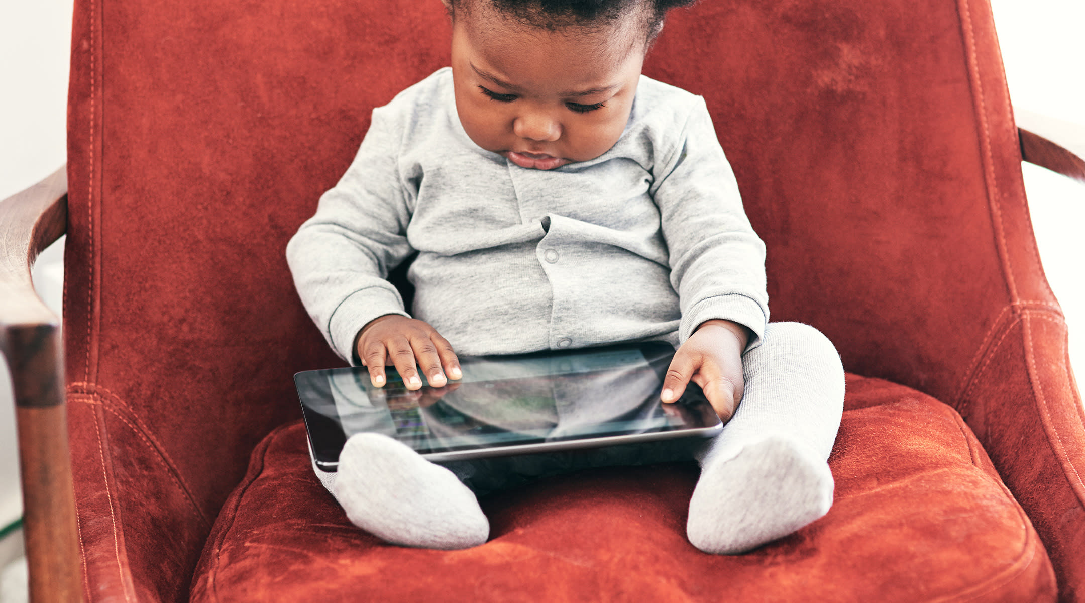 mom writes essay about benefits of co parenting internet calls  e books can engage your toddler more than print books study finds