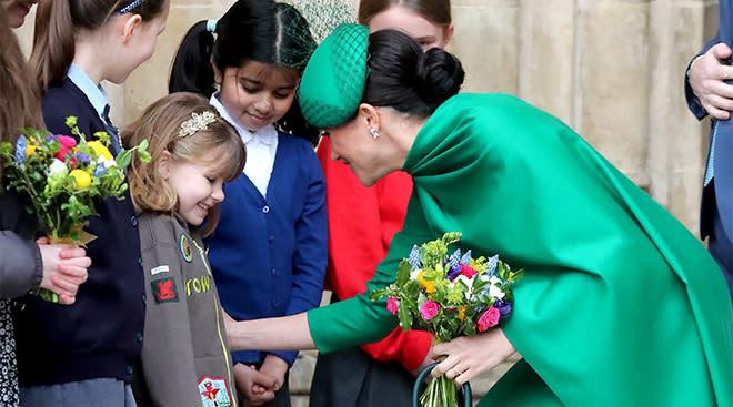 meghan markle interacts with british children