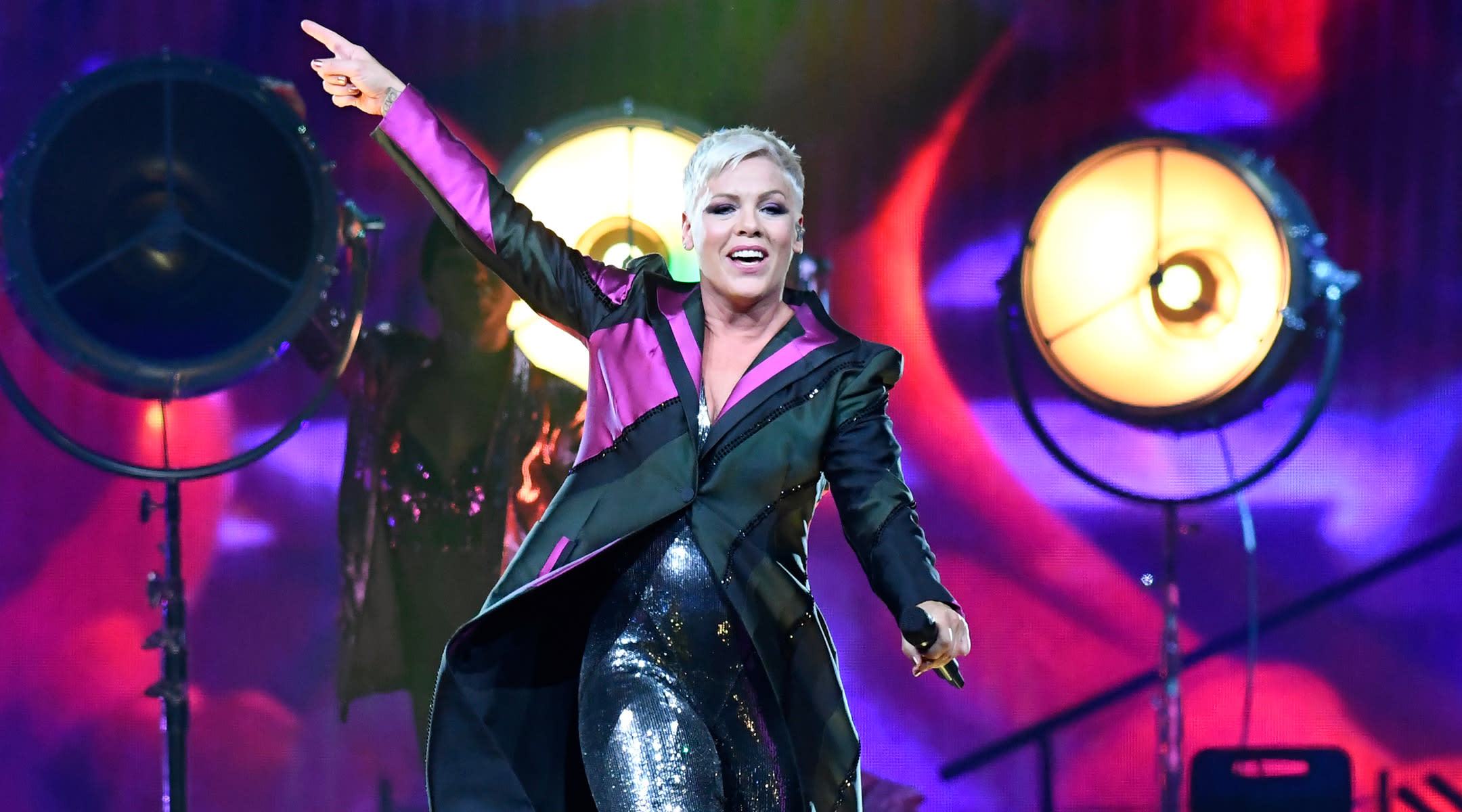 woman gives birth at pink concert