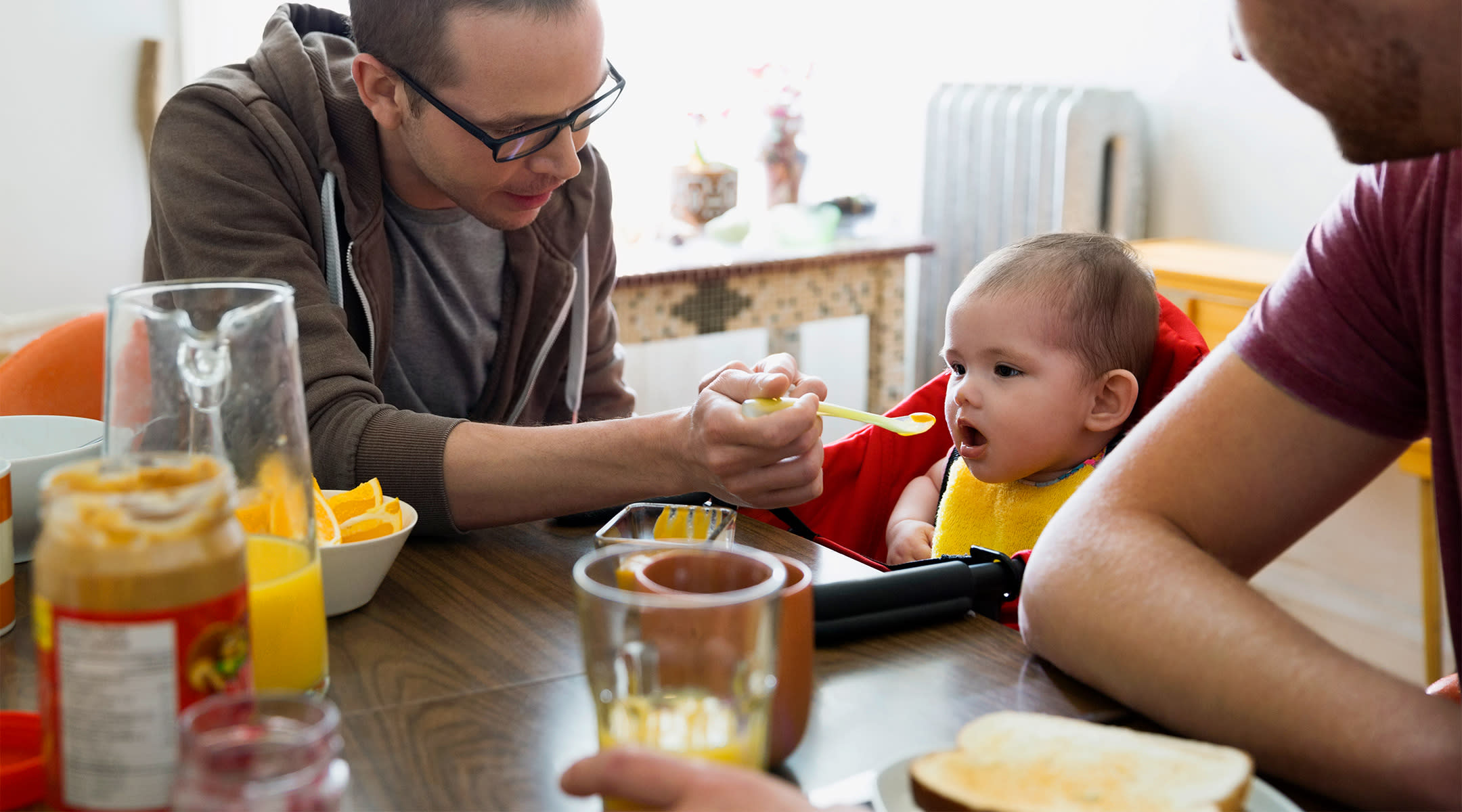 dads feeding baby first solid foods