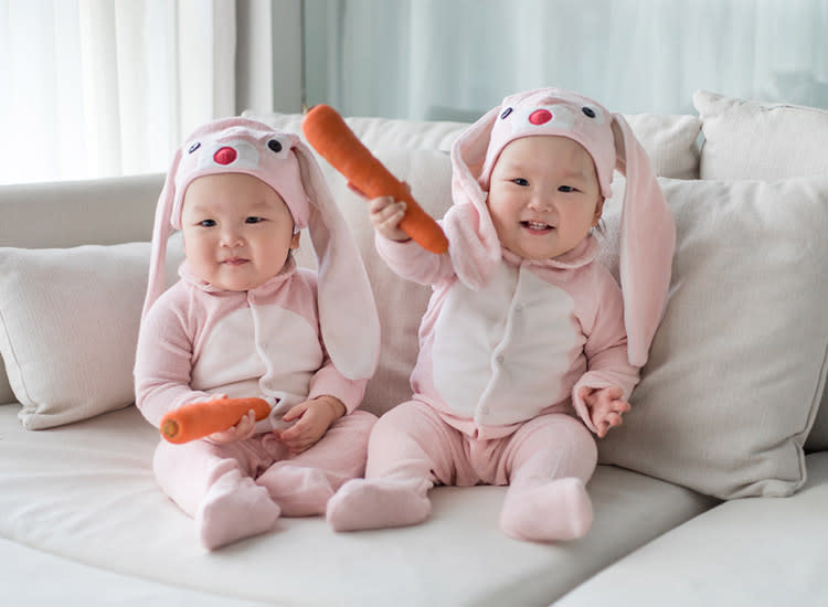 twin-halloween-costumes-bunnies