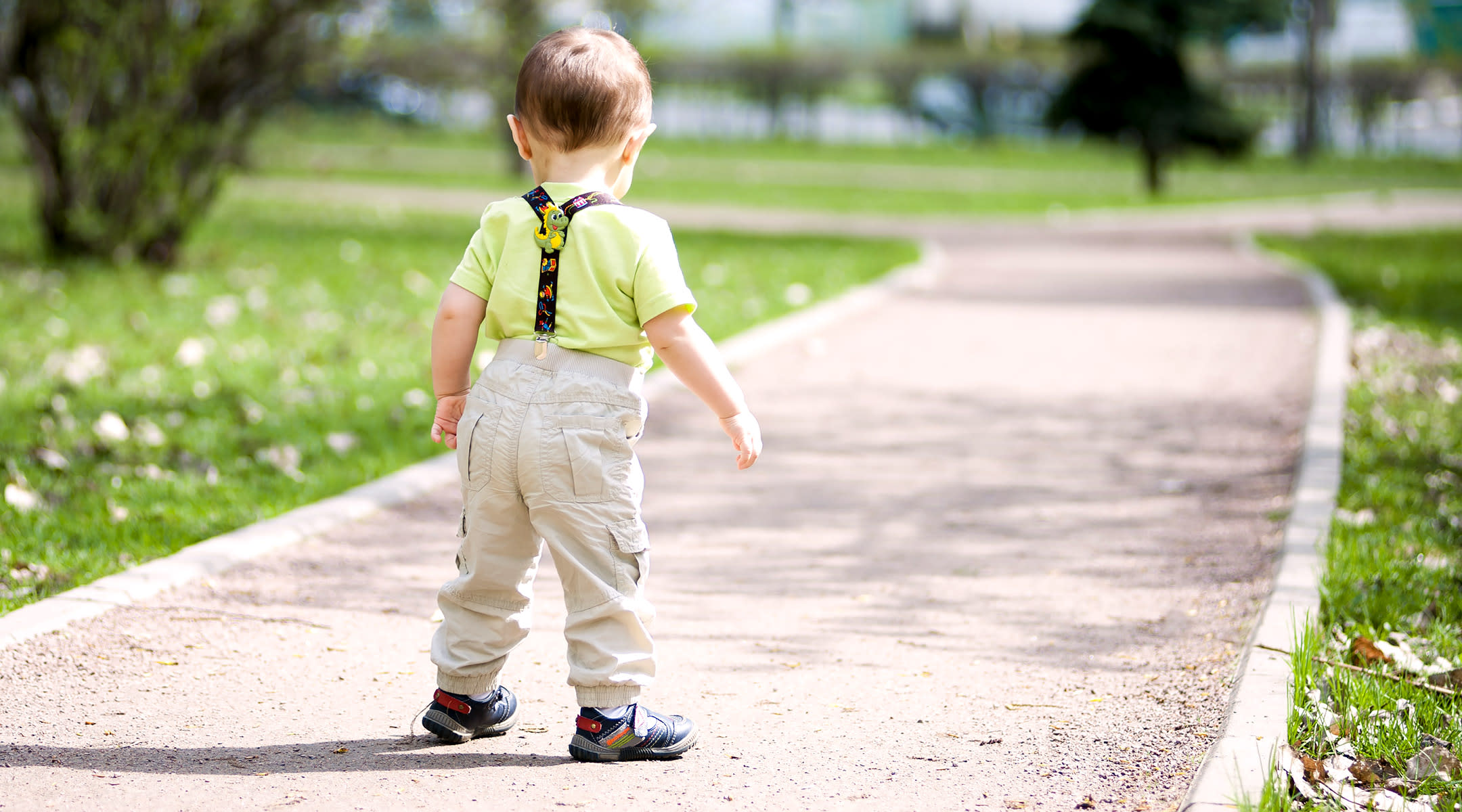 Should Babies Wear Shoes When Learning to Walk?