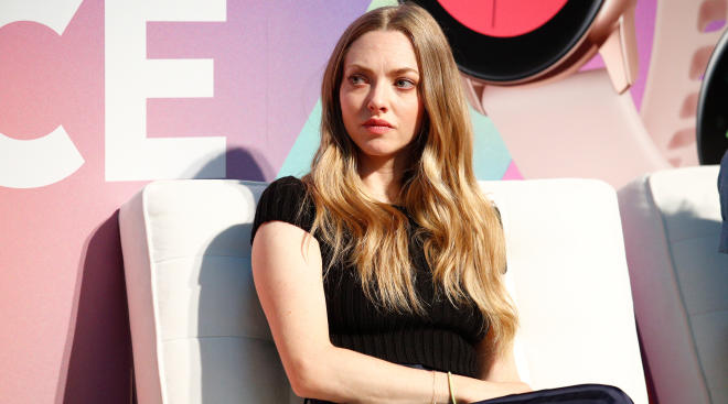 Amanda Seyfried calls out influencer Arielle Charnas for posting a bikini picture.