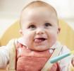 alimentación con cuchara de niño de dos años