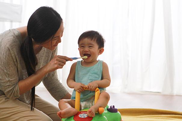 Cómo hacer el cepillado más divertido — Para el bebé y la mamá