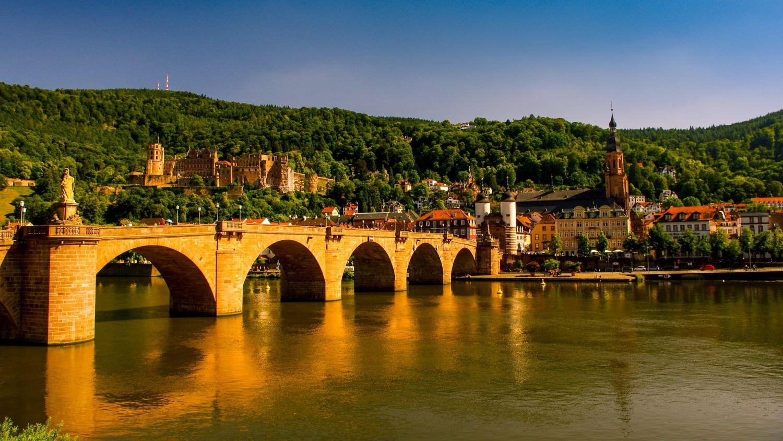 Heidelbergs Alte Brücke mit Schloss im Hintergrund